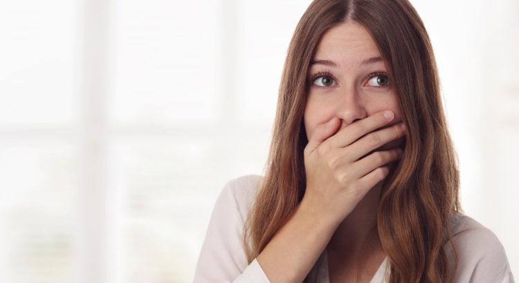 Resultado de imagem para mulher com gosto amargo na boca